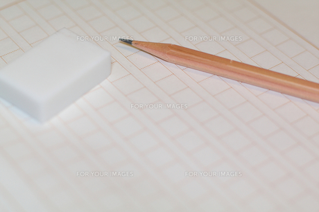 原稿用紙と鉛筆、消しゴムの素材 [FYI00043462]