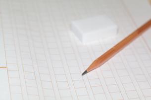原稿用紙と鉛筆、消しゴムの素材 [FYI00043464]