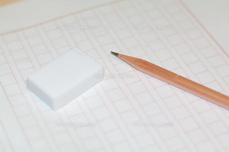 原稿用紙と鉛筆、消しゴムの素材 [FYI00043470]