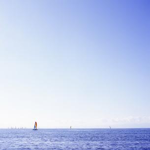 虹色のヨットと青い海の素材 [FYI00043692]