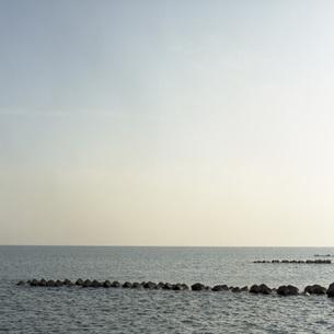 海と消波ブロックの素材 [FYI00043694]