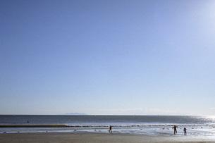海岸で遊ぶ子供たちの素材 [FYI00043700]