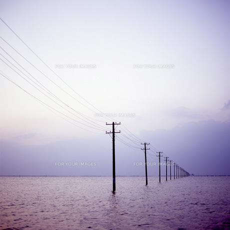 海へと続く電柱②の素材 [FYI00043701]