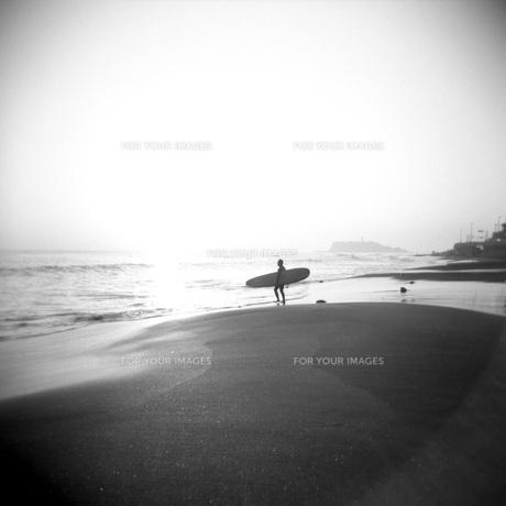 サーファーのいる海②の素材 [FYI00043716]