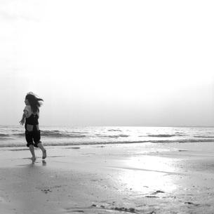少女が遊ぶ海岸の素材 [FYI00043718]