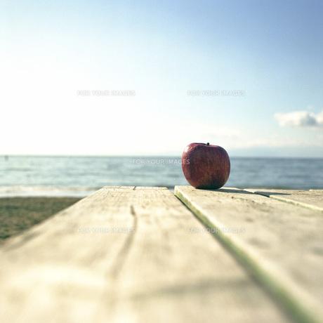 リンゴのある海岸の素材 [FYI00043721]