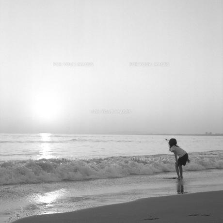 少女が遊ぶ海岸②の素材 [FYI00043724]