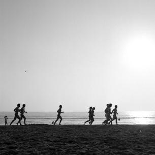 ランナーたちのいる海の素材 [FYI00043726]