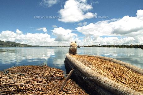 チチカカ湖と小船の素材 [FYI00043735]