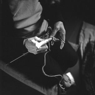 編み物をする手②の素材 [FYI00043761]