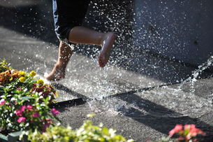 水場を走る子供と水しぶきの素材 [FYI00043853]