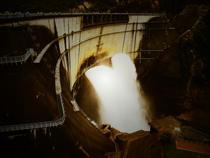 黒部 ダム 土木 建設 放水の写真素材 [FYI00044100]