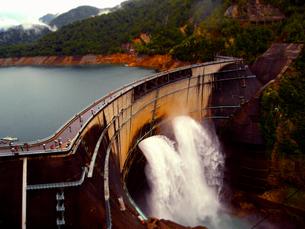 黒部 ダム 土木 建設 放水の写真素材 [FYI00044101]