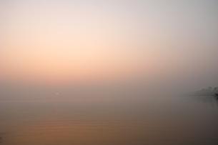 インド バラナシ ベナレス 風景 朝焼け 旅行の写真素材 [FYI00044102]