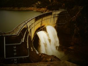 黒部 ダム 土木 建設 放水の写真素材 [FYI00044113]