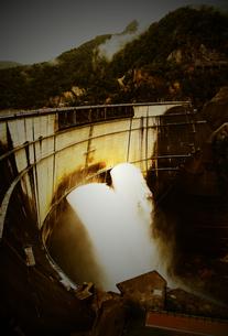 黒部 ダム 土木 建設 放水の写真素材 [FYI00044116]