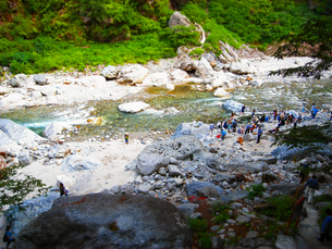 立山 黒部 峡谷 トロッコ列車 鐘釣 渓流の写真素材 [FYI00044117]