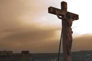 夕陽の中のキリスト像の写真素材 [FYI00044154]