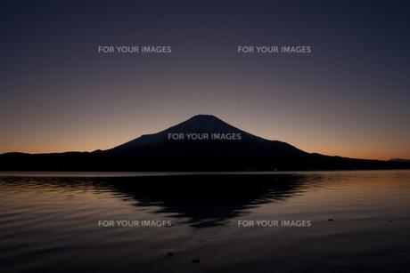 夕闇に浮かぶ富士の素材 [FYI00044247]