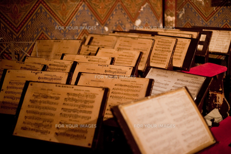 教会の奥にある楽譜の写真素材 [FYI00044250]