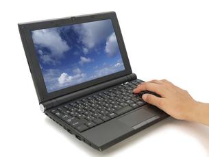 ノートパソコンと女性の手の素材 [FYI00044494]