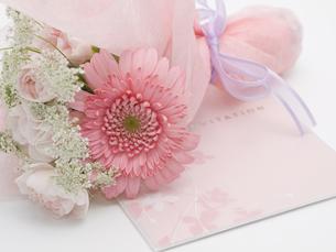 花束と招待状の写真素材 [FYI00044513]