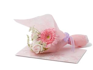 結婚式の招待状とブーケの写真素材 [FYI00044522]