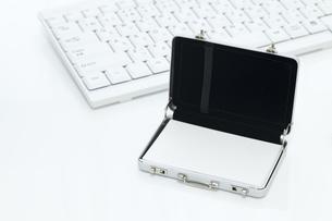 パソコンのキーボードと名刺入れの写真素材 [FYI00044641]