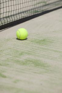 テニスコートとテニスボールの写真素材 [FYI00044687]