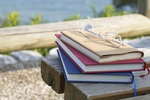 本とメガネとメモ帳の写真素材 [FYI00044694]