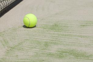 テニスボールとテニスコートの写真素材 [FYI00044697]