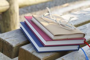 本とメガネとメモ帳の写真素材 [FYI00044699]