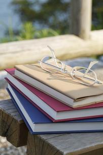 メガネと本とメモ帳の写真素材 [FYI00044706]