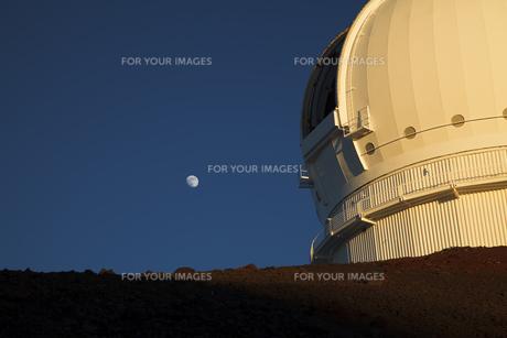 ハワイ島マウナケア山頂の望遠鏡と月の写真素材 [FYI00044746]