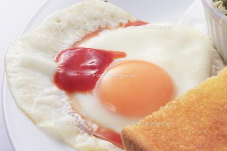 トーストと目玉焼きの写真素材 [FYI00045067]