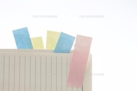付箋の付いたメモ用紙の写真素材 [FYI00045162]