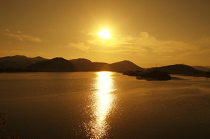 四万十川と夕日の写真素材 [FYI00045465]