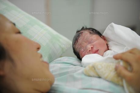 生まれたての赤ちゃんを抱く母の素材 [FYI00046016]