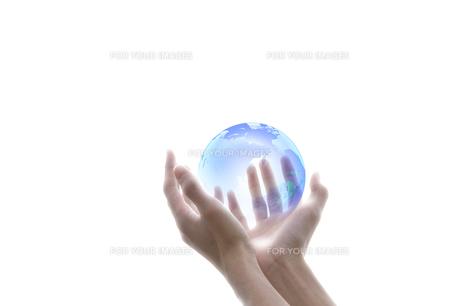 地球と手の写真素材 [FYI00047338]