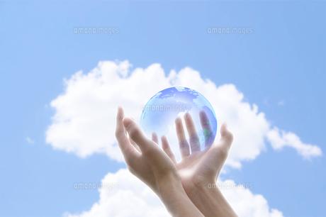 地球と手の写真素材 [FYI00047348]