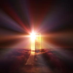光が射し込むドアの写真素材 [FYI00047827]