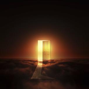 光が射し込むドアの写真素材 [FYI00047842]