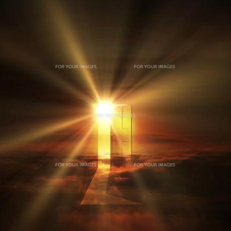 光が射し込むドアの写真素材 [FYI00047849]