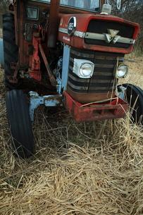 赤いトラクターの写真素材 [FYI00048399]