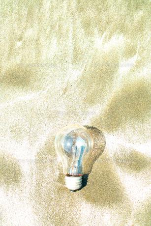 砂の上の電球の素材 [FYI00048421]