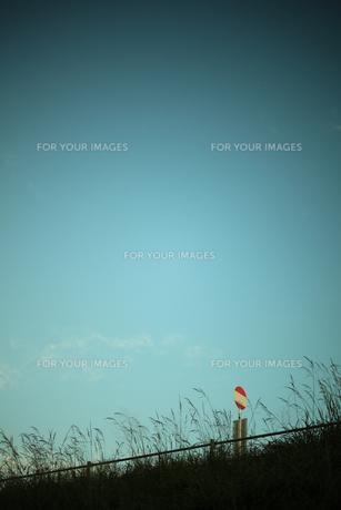 バス停と青空の写真素材 [FYI00048431]