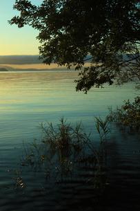 早朝の水辺の素材 [FYI00048442]