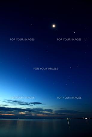 夜明けの月と星の素材 [FYI00048446]