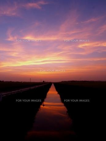 空に続く道の写真素材 [FYI00048494]