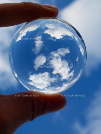 地球をこの手にの写真素材 [FYI00048514]